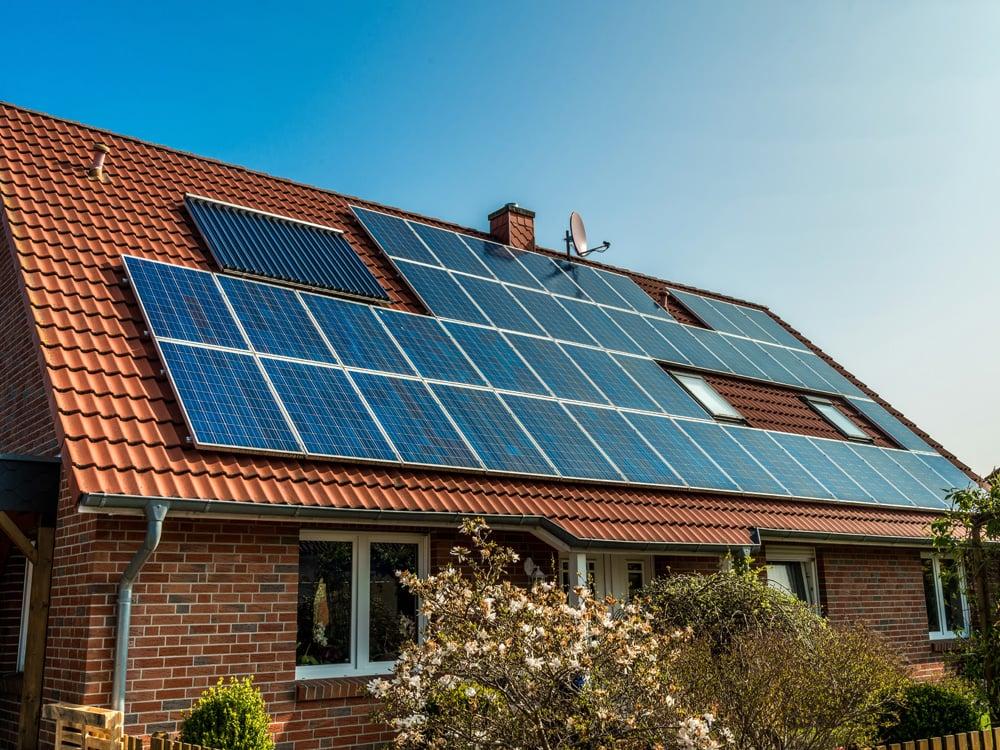 Дом с солнечными панелями в Талдоме.